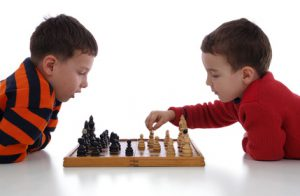 Bimbi-che-giovano-a-scacchi-300x196